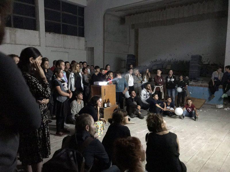 ein großer Saal mit Publikum
