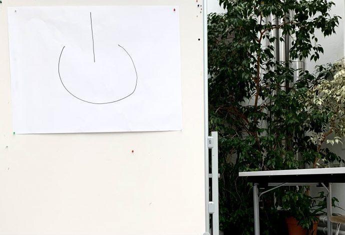 ein seminarraum mit einem whitboard, darauf ein exitzeichen