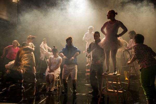 Bühne mit schauspielern und spielerinnen