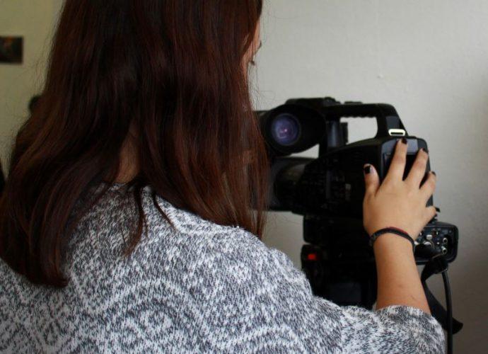 frau bedient videokamera