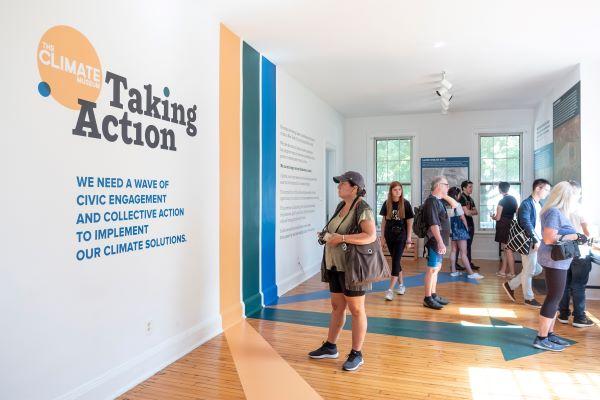 Climate Museum New York innen mit Besuchern